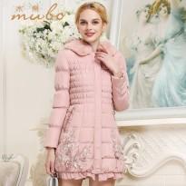 钉珠羽绒服和双排扣廓型大衣 哪种美丽属于你?